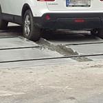 A nap képe: Belehajtott a munkások közt a friss betonba egy autós a 4-es, 6-os vonalán