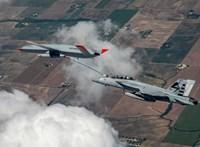 Történelmet írt a Boeing, újfajta módon tankolták meg az amerikai vadászrepülőgépet – videó