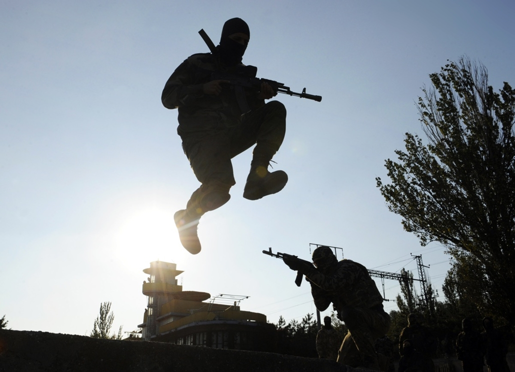 afp. a hét képei - 2014.10.06. Mariupol, Ukrajna, Servicemen of the pro-Ukrainian St. Maria battalion take part in military exercises near the eastern Ukrainian city of Mariupol on October 6, 2014. The first European drones landed in Ukraine and a top US