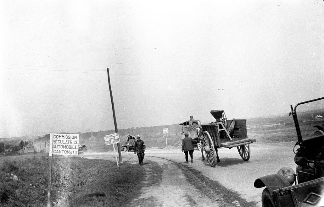 afp.1917.10.01. - Verdun, Lorrainne, Franciaország: Civilek egy lovas szekér mellett. - 1916. február 21. - Verduni csata - yyyyy
