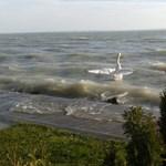 Ilyen festői a Balaton az őrjöngő szélben - fotó