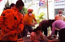 Nincs hely a kórházakban, önkéntesek az utcán osztják az oxigént Indiában
