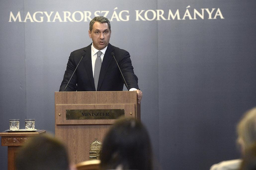 mti.17.10.05. - Lázár János, a Miniszterelnökséget vezető miniszter századik szokásos heti sajtótájékoztatóját tartja az Országházban 2017. szeptember 5-én.