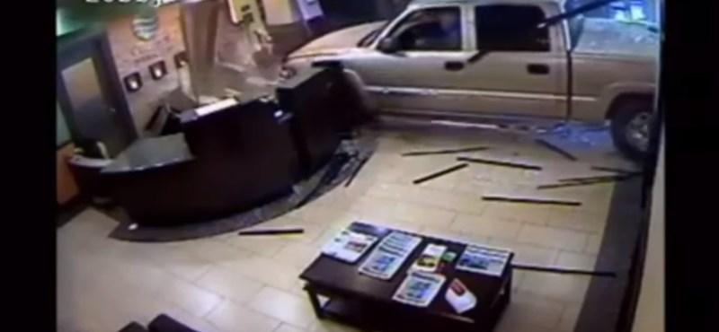 Dühös lett a hotelszámla miatt, kocsival ment reklamálni a recepcióra – videó