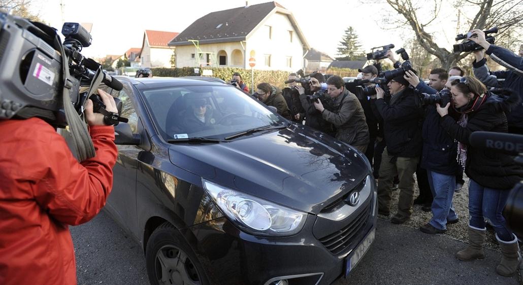 mti.14.02.13. - Simon-ügy - Ügyészségi nyomozók jártak Simon Gábornál - Simon Gábor volt MSZP-s politikus, volt országgyűlési képviselő autójával távozik budapesti házából, miután ügyészségi nyomozók jártak nála