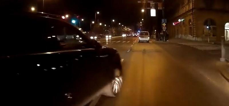 Videó: tényleg akkor veszi észre a buszt ez a budapesti porschés, amikor telibe találja?