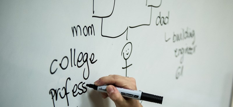 Újabb csapás a két tannyelvű iskolákra? Szigorít a szabályokon az Emmi