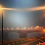 Tapogatózva mentek a buszok a hajnali ködben