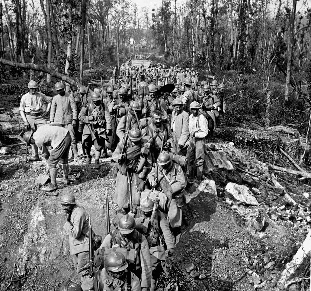 afp. Somme-i csata - Guerre 1914-1918. Troupes françaises traversant la rivière des Trois Doms à Bouillancourt-la-Bataille (Somme). 1918.