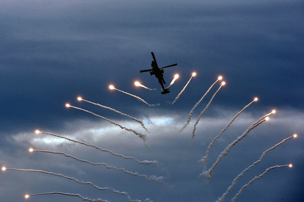 afp.14.09.25. - Paleo Faliro, Athén, Görögország: a görög hadsereg egyik Apache helikopterének bemutatója a repülőhéten - 7képei