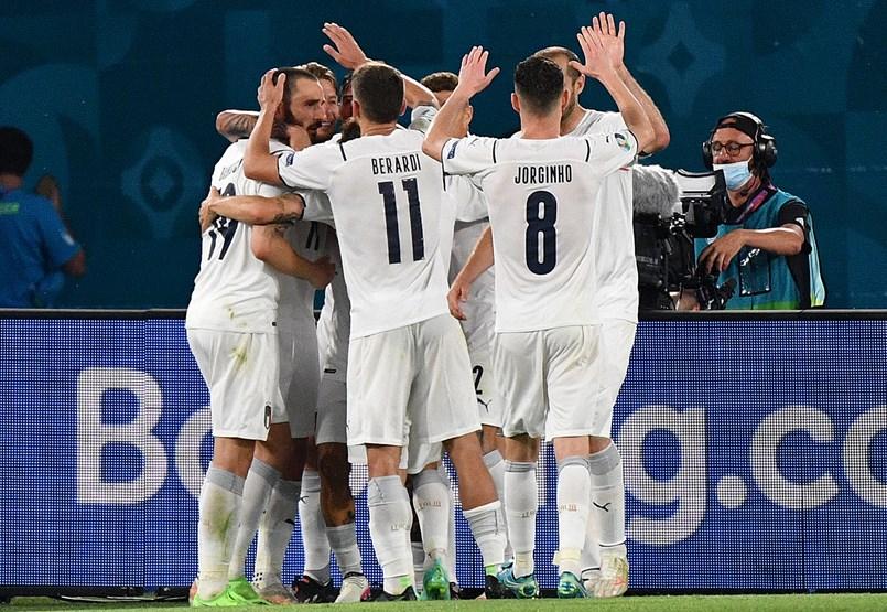Inicialmente, Italia logró pasar un partido fuerte pero suave contra los turcos en el partido inaugural del Campeonato de Europa.