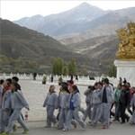 """Képek: tibeti diákok tüntetnek a bevezetett """"oktatási reform"""" ellen"""