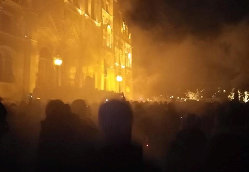 A Fidesz-székház, az Andrássy és a Lánchíd után a Kossuth téren a tüntetők - ÉLŐ