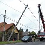 Fotó: villanyoszlopot döntött ki egy autó Budapesten