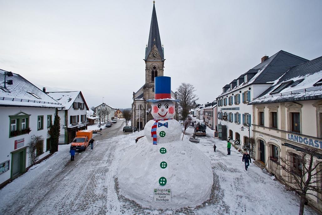 "afp. hóember 2013.02.08. óriási hóember - Bischofsgruen, Dél-Németországban - Giant snowman ""Jakob"" stands at the market square in Bischofsgruen, southern Germany, on February 8, 2013. Residens and visitors of Bischofsgruen traditionally celebrate Rose Mo"
