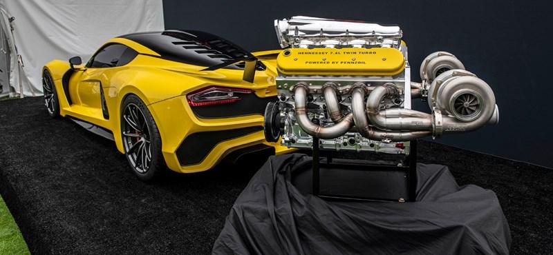 Mint egy mérges sárkány, úgy üvölt a világ leggyorsabb autójának ígért kocsiban a motor