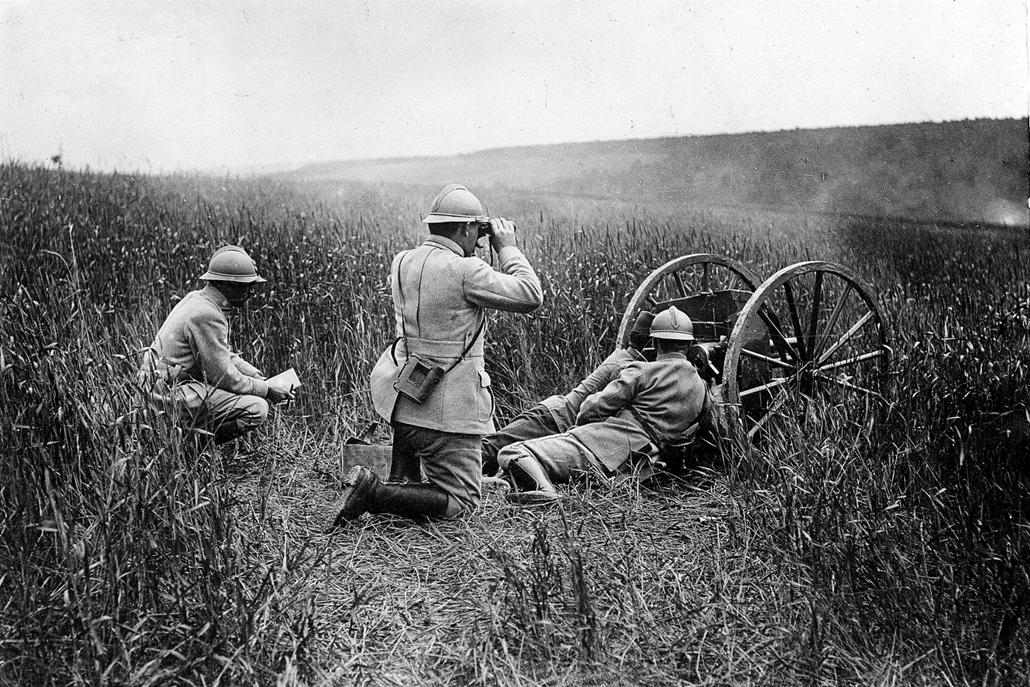 afp. Somme-i csata - Guerre 1914-1918. Bataille de la Somme. Soldats français et canon de 37. 1916.
