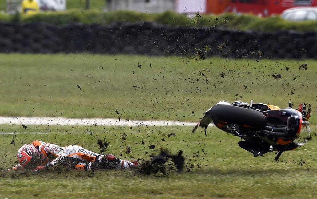 afp.16.10.23. - Phillip Island, Ausztrália: A spanyol Marc Marquez bukása a MotoGP ausztrál állomásán október 23-án.