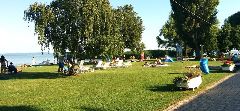 Újabb népszerű strand lett fizetős a Balatonnál, de a csúszda ingyenes