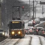 Hó, köd és eső is nehezíti a közlekedést