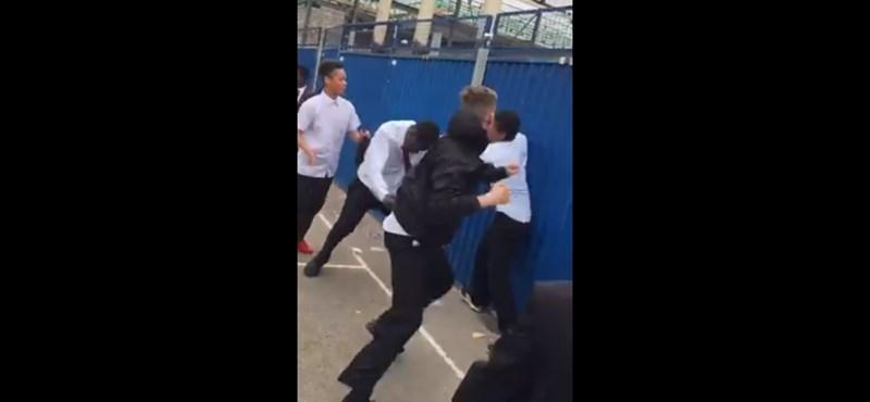 Ököllel estek egy diáknak az angliai iskolában, videóra vették