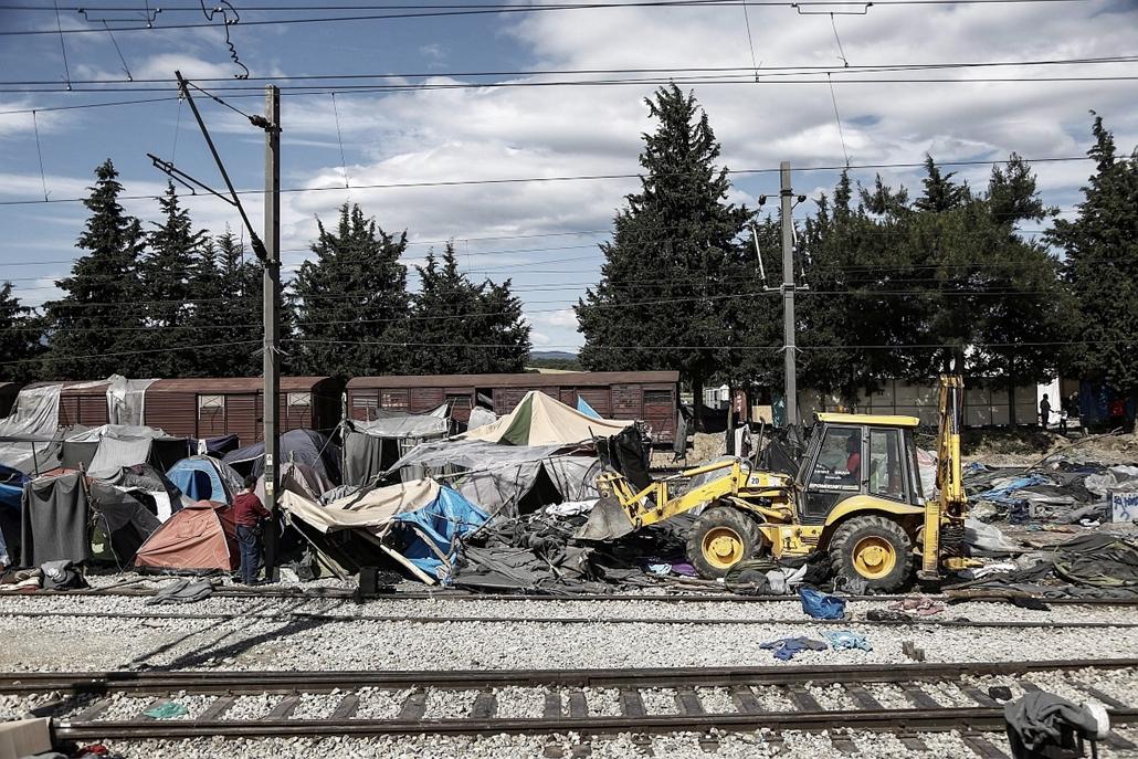 epa.16.05.25. - Idomeni, Görögország: Buldózerrel távolítják el a sátrakat a Görögországot és Macedóniát összekötő vasúti sínek mellett a határ görög oldalán, Idomeninél lévő táborban - menekült, menekült, bevándorló, bevándorlás, migráns