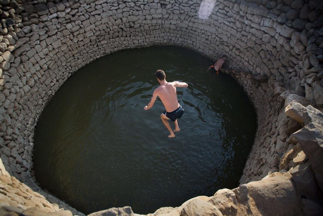 afp. hét képei - EIN ZIVAN, Izrael, 2014.09.01. medence, ugrálás, úszás