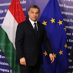 Kiderült, Orbán mit tett az egyik és a másik dobozba Barrosónak