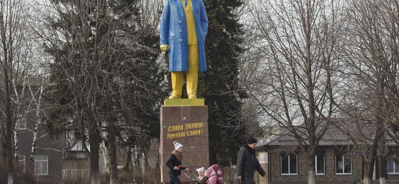 Fotó: Ukrán színekre mázoltak egy Lenin-szobrot