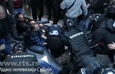 Videó: Rohamrendőrök vittek el tüntetőket a szerb köztévé épületéből