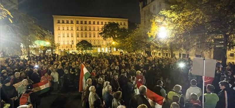 Újra tüntettek a József nádor téren, Áder hivatalához vonultak