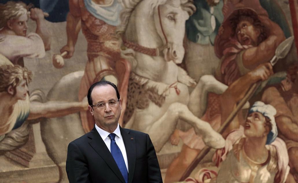 Nagyításgaléria - Francois Hollande az Elysee-palotában hallgat egy ünnepséget.