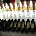 Magas sarkú cipő miatt is bírságolhatják a brit cégeket
