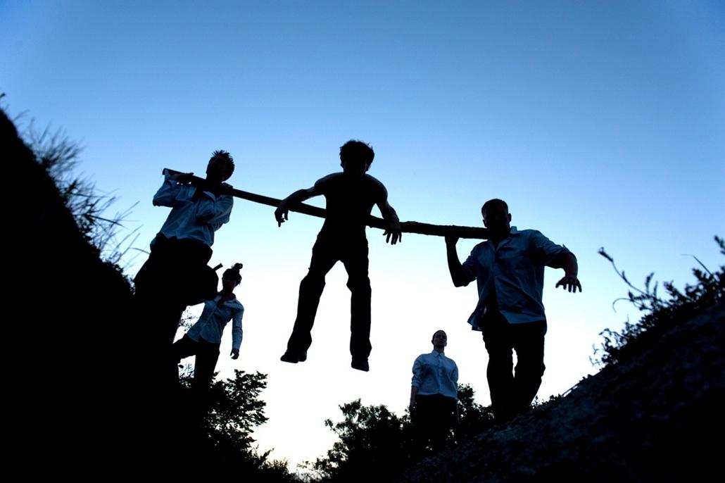Sajtófotó 2011 - Nagyítás-fotógaléria - Művészet - sorozat - 1. helyezett: A Meggyalázás