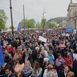 Több tízezren tüntettek a CEU mellett