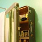 Hasznos tipp: régi ajtóból konyhapult, bőröndből fürdőszobaszekrény
