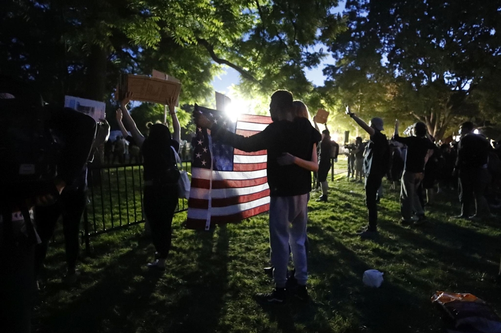 !AP! Nagyítás - !AP! 20.07.01ig! mti.20.06.01. A George Floyd fekete bőrű férfi halála miatt tiltakozó tüntetők a washingtoni Fehér Ház közelében 2020. május 31-én.