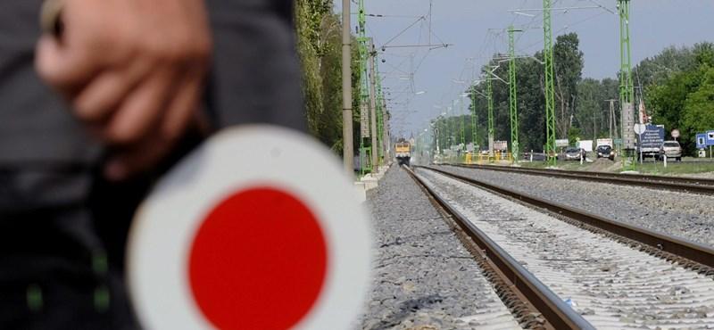 Nyitott ajtókkal robogott a vonat két állomás között