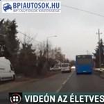 A megállóban lévő buszt próbáltak zebrán előzni, centiken múlt a baleset - videó