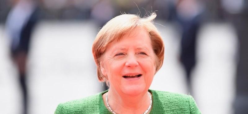 Merkel rosszul lett egy ceremónián a tűző napon állva