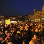 A Kossuth téren tüntettek a Népszabadság megszüntetése miatt