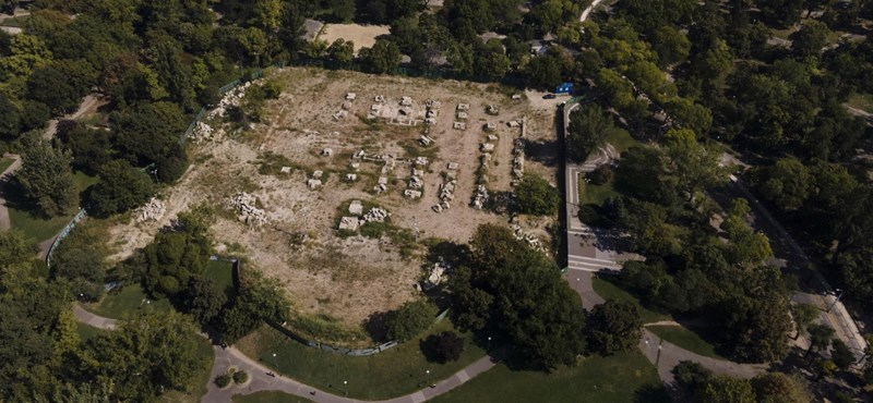Műfüvet raktak le egy korábbi zöld terület helyére a Városligetben
