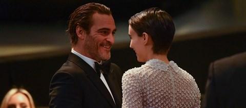 Első közös gyerekét várja Joaquin Phoenix és Rooney Mara