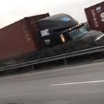 Videó: amikor 1 másodperced van elugrani két egymásnak csapódó kamion elől