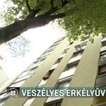 Kizuhant az erkély üvegtáblája egy pécsi tízemeletesből