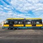 Még nem állt saját kerékre, de már Budapesten van az új 56 méteres villamos