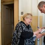 Elkezdték kézbesíteni a nyugdíjasoknak a rezsiutalványt – fotók