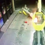 Csak közelebb akart tolatni a tankolóoszlophoz, de felgyújtotta az egészet – videó