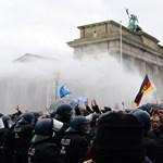 Hetvenhét rendőr sérült meg a korlátozások miatt szervezett tüntetésen Berlinben