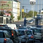 Felborult egy autó a Hungárián, nem jár az 1-es villamos se